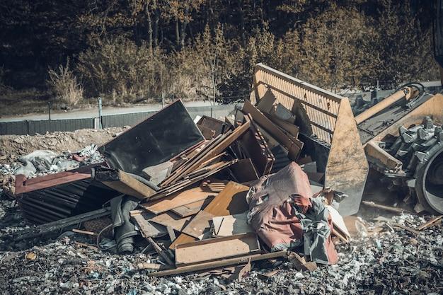 Компактор на полигоне по переработке бытовых отходов. Premium Фотографии
