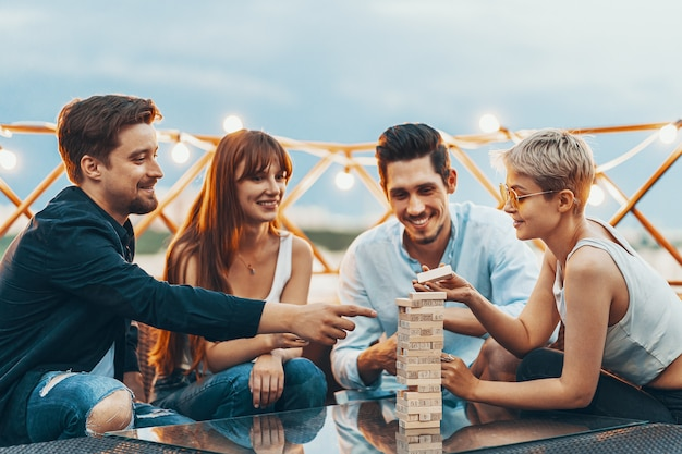 The company of young people playing board game Free Photo