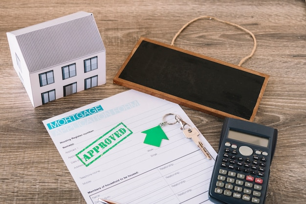 Composed contract for mortgage on agent desk Free Photo