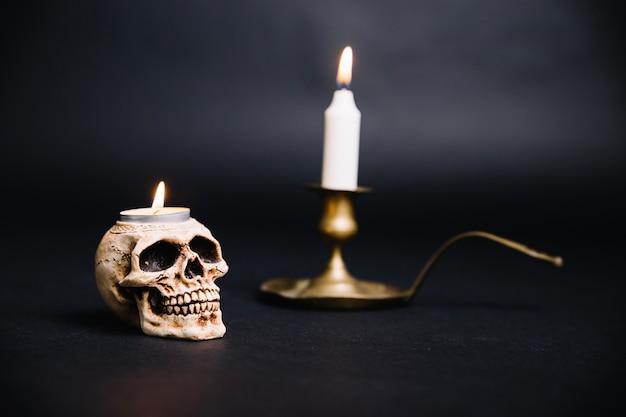 Cranio e candelabro composito Foto Gratuite