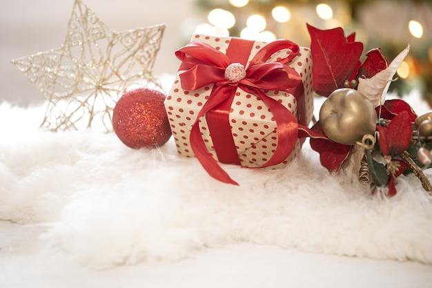 明るい背景のコピースペースでのクリスマスプレゼントとお正月飾りの構成。 無料写真