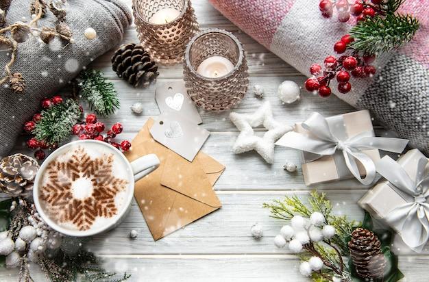 白い木の表面のクリスマスの装飾の構成 Premium写真