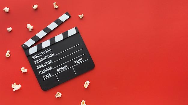 Композиция элементов кино на красном фоне с копией пространства Бесплатные Фотографии