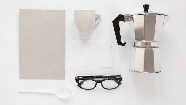 白い背景の上のコーヒーブランド要素の構成 無料写真
