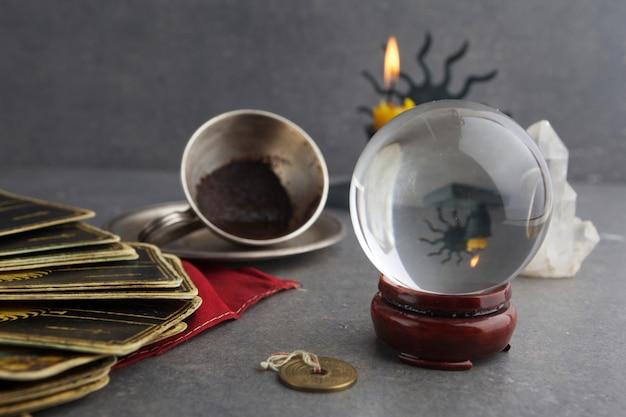 Композиция из эзотерических предметов, используемых для исцеления и гадания Premium Фотографии