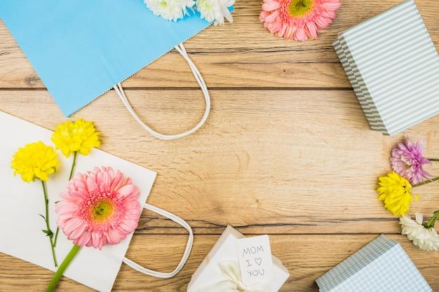 生花、プレゼントボックス、紙パックの構成 無料写真