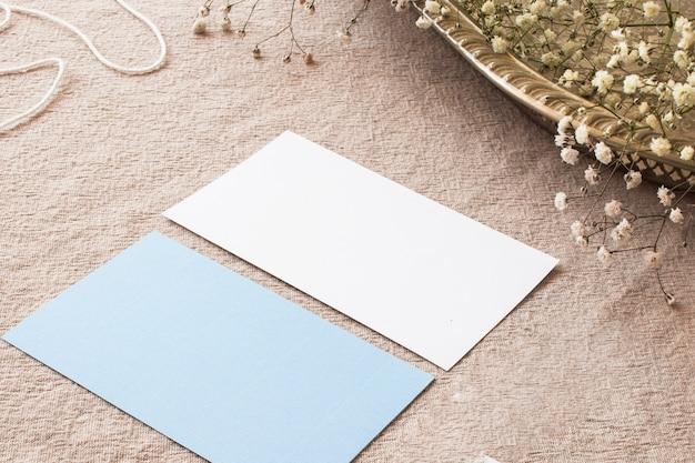 베이지 색 식탁보에 종이의 구성 무료 사진