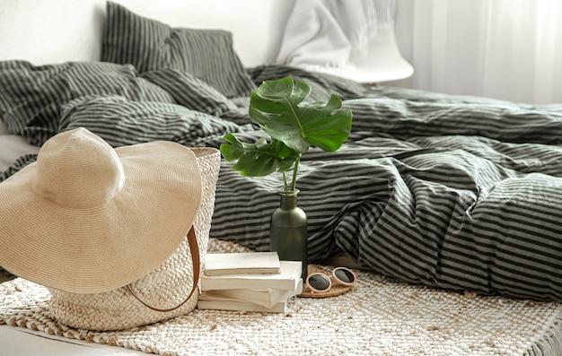 Композиция из летних аксессуаров на фоне спальни. Бесплатные Фотографии