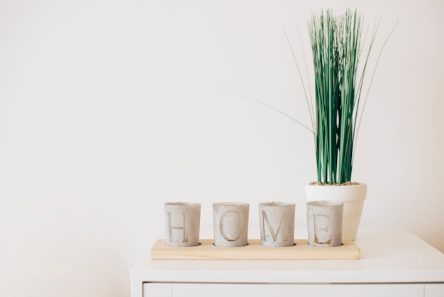 Composition of plant pots with home note Free Photo