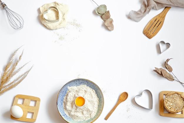 베이킹 재료와 흰색 테이블에 주방 액세서리 구성. 무료 사진