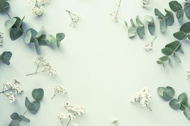 Composizione con bellissimi fiori e foglie Foto Gratuite
