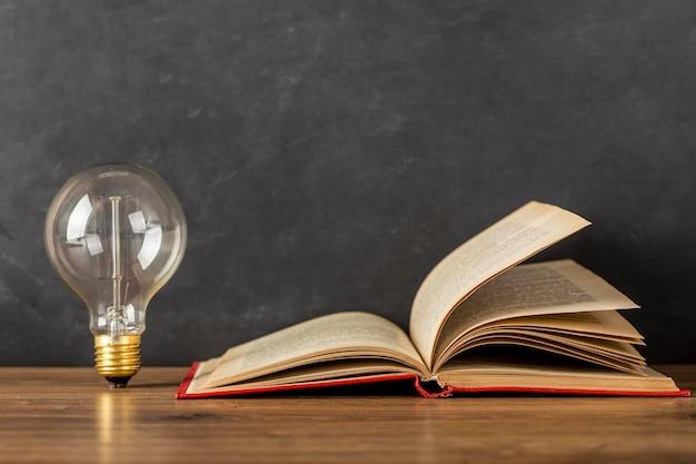 本と電球で構成 無料写真