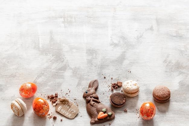 チョコレートイースターうさぎと卵のコンポジション。 無料写真