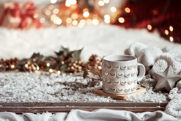 Composizione con la tazza di natale con la bevanda calda sullo spazio astratto vago della copia del fondo. Foto Gratuite