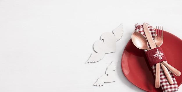 Composizione con piatto e posate per una cena romantica per san valentino vista dall'alto. concetto di incontri. Foto Gratuite