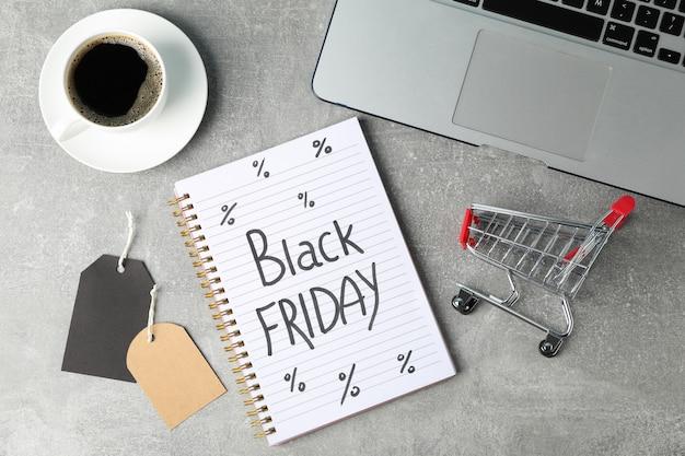 작은 쇼핑 카트 및 노트북 구성입니다. 검은 금요일 개념 프리미엄 사진