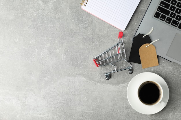 작은 쇼핑 카트, 노트북 및 커피 복사 공간 구성 프리미엄 사진