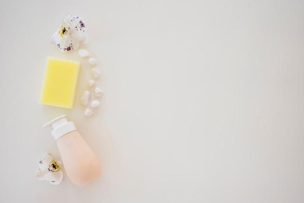 Композиция с мыльной бутылкой из гальки и орхидеи Бесплатные Фотографии