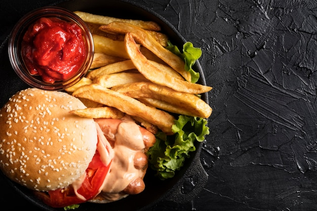Composizione con gustoso hamburger e copia spazio Foto Gratuite