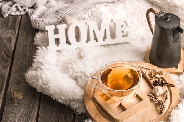 木製の文字とお茶のカップの構成 無料写真