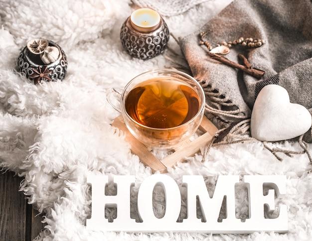 Composizione con lettere in legno e una tazza di tè Foto Gratuite
