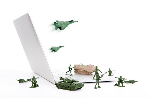 Компьютерная концепция безопасности: солдат, танк, самолет охраняют Бесплатные Фотографии