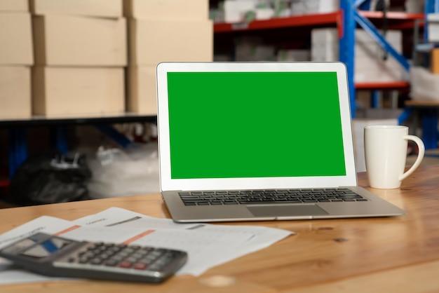 창고 보관실에 녹색 화면이 표시된 컴퓨터 프리미엄 사진