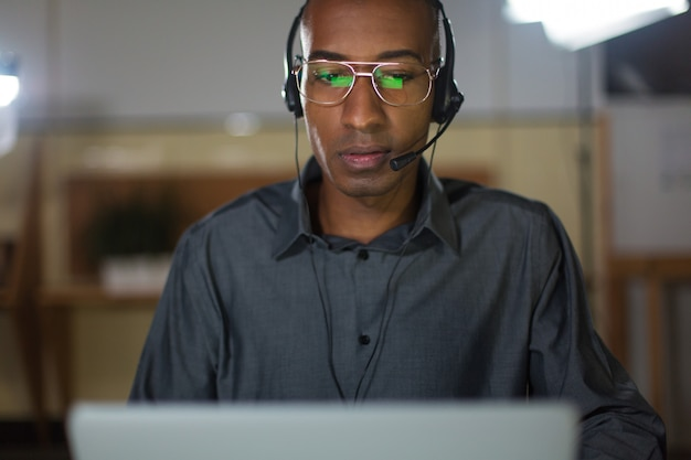 Concentrated call center operator talking with client Free Photo