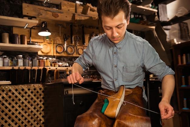 靴を作るワークショップに集中した靴屋 無料写真