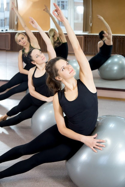 Concentrated teens stretching the left arm Free Photo