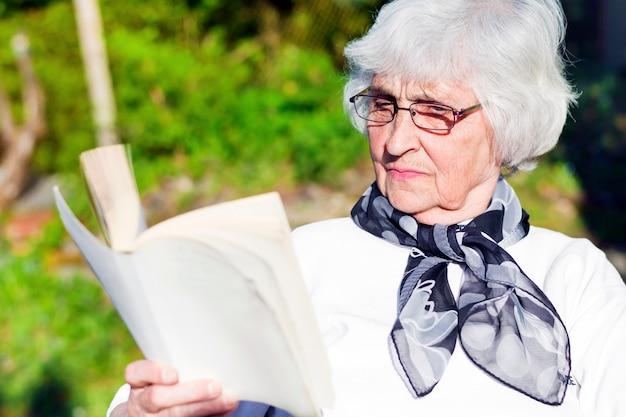 Donna concentrata godendo di un romanzo Foto Gratuite
