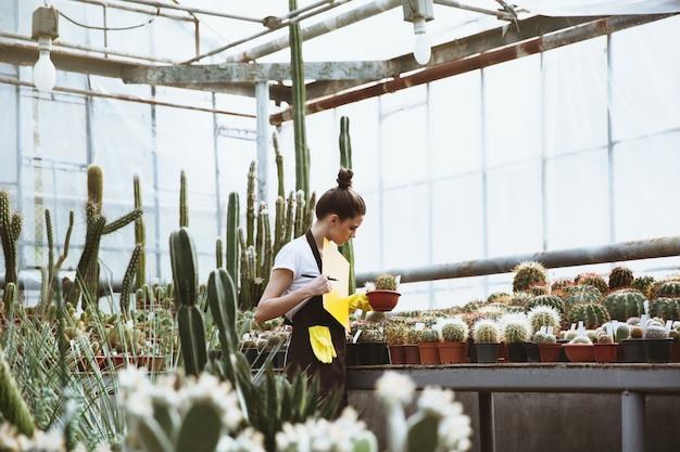温室に立っている若い女性を集中 無料写真