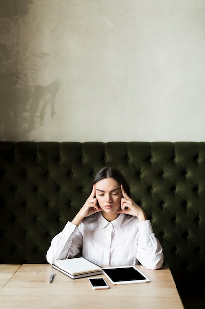 Concentrating woman with notes at table Free Photo