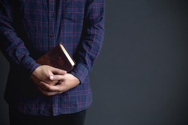 聖書を保持している男、concept.copyスペースを信じる Premium写真