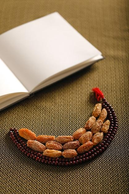 ラマダンのコンセプト、イスラムの祈りを持つナツメヤシ Premium写真