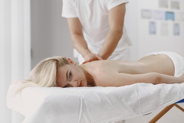 Concetto di assistenza sanitaria e bellezza femminile. le massaggiatrici fanno un massaggio a una ragazza. la donna in un salone spa. Foto Gratuite