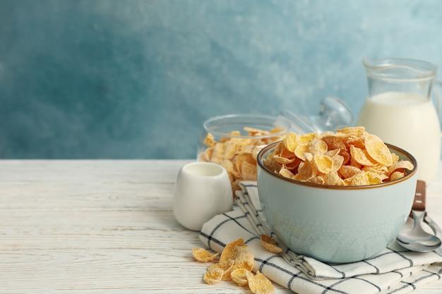 ミューズリーと白い木製のテーブルに牛乳の朝食の概念 Premium写真