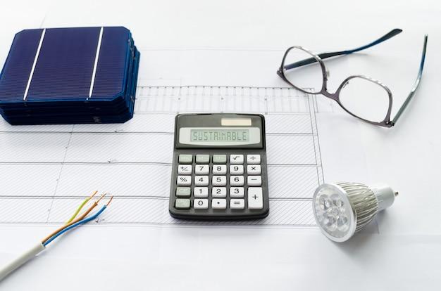 持続可能な太陽光発電への切り替えのための節約または投資の計算の概念 Premium写真