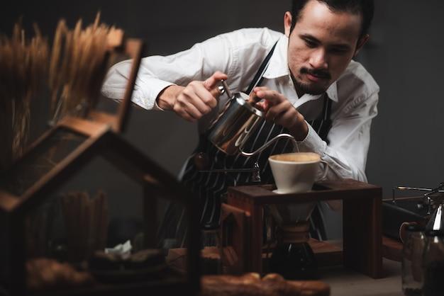 커피 메이커, 빈티지 스타일 카페와 커피 드립 필터 프로세스의 개념 프리미엄 사진
