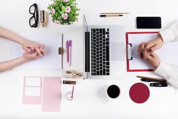 편안한 남성과 여성의 직장의 개념입니다. 무료 사진