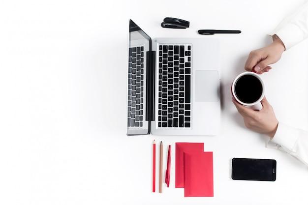 快適な職場のコンセプト。手と白い机の上のガジェット 無料写真