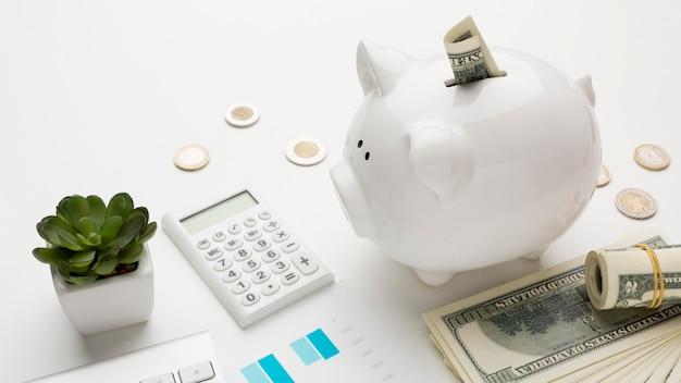 Концепция экономики с копилку с банкнотами Premium Фотографии