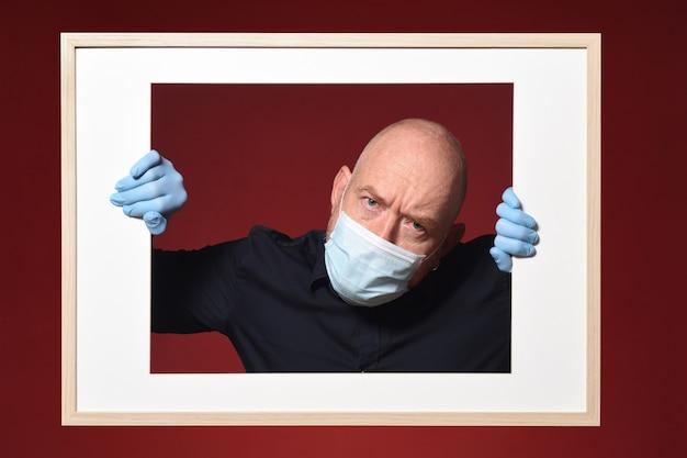 赤の背景に出かけるの概念 Premium写真