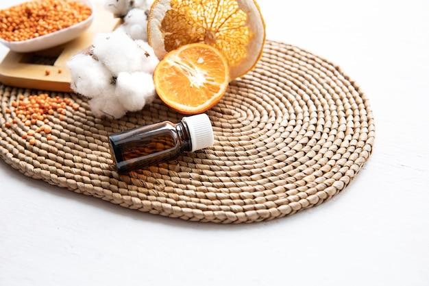 肌の顔と体の健康管理のための天然有機オレンジエッセンシャルオイルのコンセプト。 無料写真