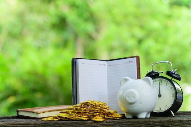 Концепция экономии денег зеленый размытия фона боке Premium Фотографии
