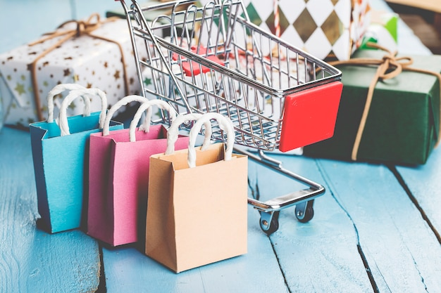 自宅でのオンラインショッピングconcept.onlineショッピングは、消費者がインターネット経由で売り手から商品を直接購入できるようにする電子商取引の一種です。 Premium写真