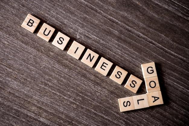 나무 큐브와 목표 단어 비즈니스 성공과 낱말로 제시 개념 프리미엄 사진