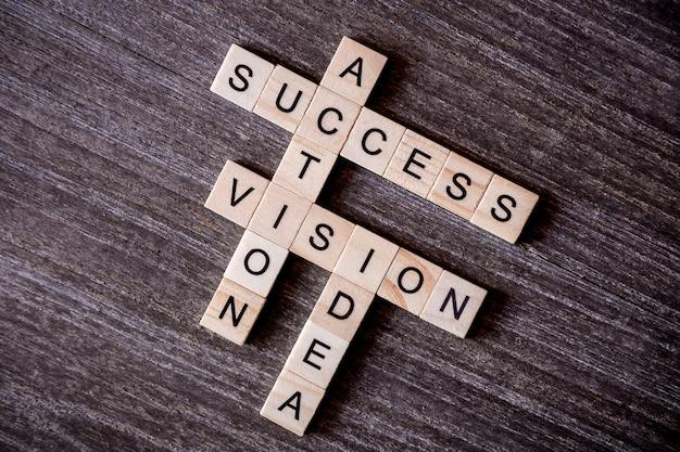 나무 새끼와 단어 아이디어, 비전, 행동과 성공과 낱말로 제시 개념 프리미엄 사진
