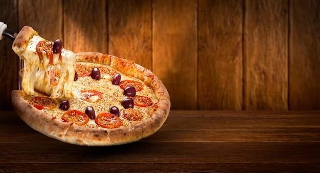 Рекламный флаер концепции и плакат для ресторанов или пиццерий, шаблон с вкусной пиццей, оливками, помидорами, сыром моцарелла. Premium Фотографии