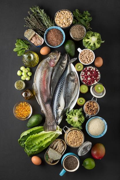 Источник концепции омега-3. продукты, содержащие омега-3 морскую рыбу, зеленые овощи, семена, масло, рыбий жир. Premium Фотографии